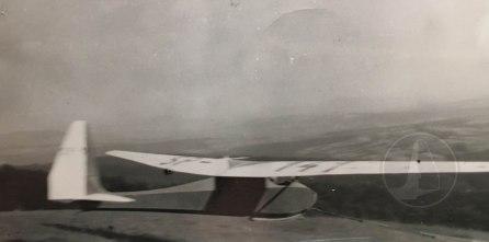 Szybowiec Komar wyprodukowany wczesną wiosną 1934r. o numerze rejestracyjnym SP-141 po starcie z gum.
